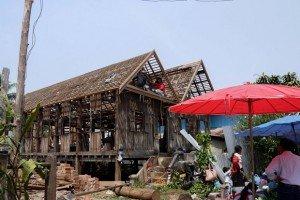 A Luang Prabang, perchée sur des pilotis la maison se développe selon des traditions encore bien ancrées à sa culture et à son territoire. Crédits : Architecture by Road
