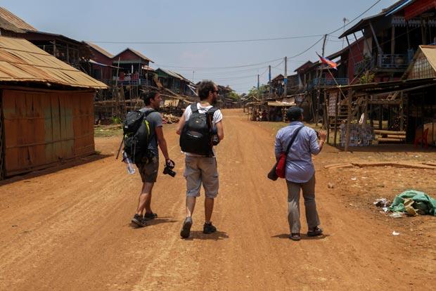 Les pistes de terre et de poussière près du Tonlé Sap. Crédits : Architecture by Road