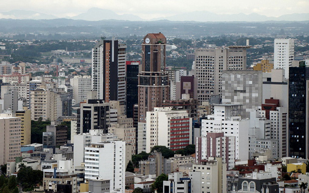 La Skyline du quartier des affaires de Curitiba, la huitième plus grande ville du Brésil. Copyright : SamirNosteb / Wikimedia
