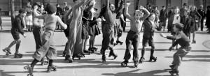 Partie de hockey sur patins à roulettes dans le Marais, en 1941. Copyright : NC
