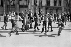 18.-Partie_de_hockey_sur_patins_a_roulettes_Paris_maris_1941_620