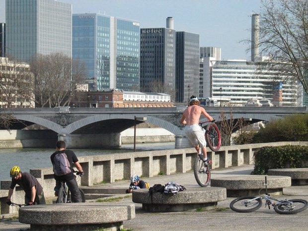 Des amateurs de BMX s'entraînent sur les bords de la Seine. Copyright : Jacques Leroy / Mairie de Paris