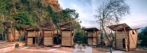 Les pavillons en bois et bambou tressé de l'orphelinat Safe Haven, en Thaïlande. Copyright : Pasi Aalto