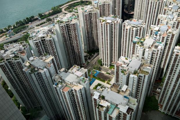 Depuis les toits, la répétition des immeubles en quartiers entiers a dessiné le paysage urbain de la ville - crédits Antoine Dubois