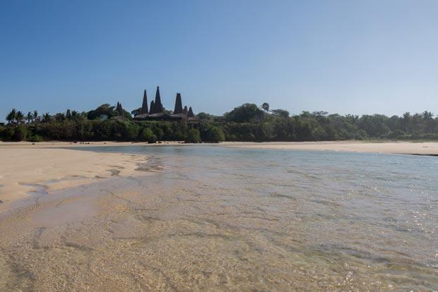 Le village de Ratengaro depuis la plage, à l'ouest de Sumba - crédits Antoine Dubois