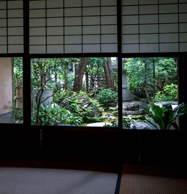 Au sol, ce sont des tatamis de paille de riz, la porte légère coulisse pour ouvrir la pièce entière sur le jardin de la maison - crédits Antoine Dubois