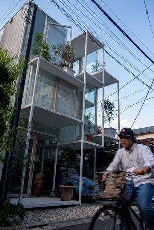 Un cycliste devant la maison NA de Sou Fujimoto. Crédits : Antoine Dubois