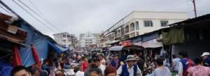Difficile de se frayer un chemin pour le porteur de brouette dans la foule dense du Talat Sao.