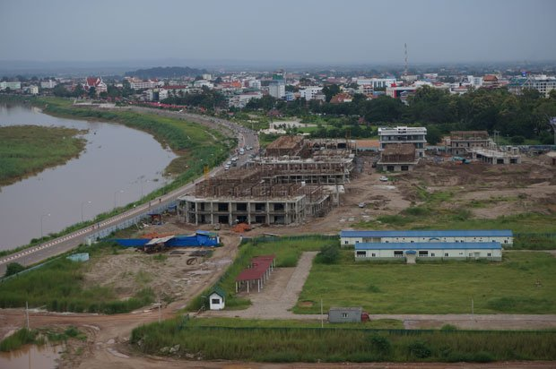 Le chantier du centre commercial en bord de Mekong.