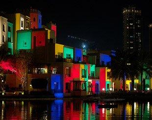 Les façades des maisons de Dubai downtown éclairées par l'artiste Daniel Knipper. Copyright : Daniel Knipper / Dubai Festival of Lights