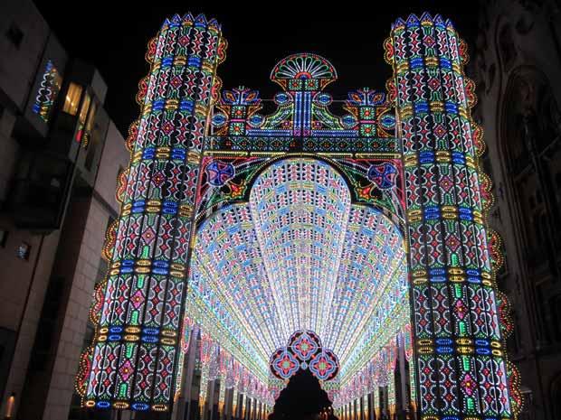 La cathédrale de lumière, couverte de 55 000 ampoules LED, était l'attraction principale du Lichtfestival en 2012. Copyright : Zeisterre / Wikimedia