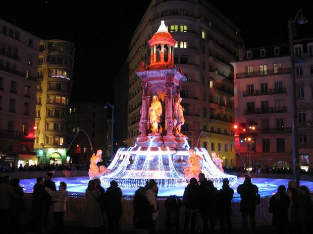 La fontaine des Jacobins éclairée durant la Fête des Lumières de Lyon, en 2010.  Copyright : Jilibi / Wikimedia