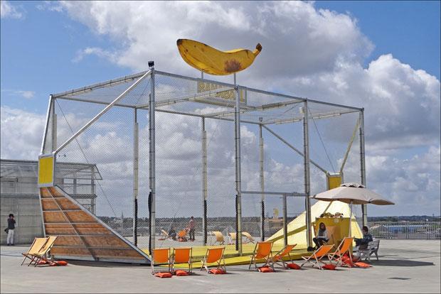 Aménagée sur le toit terrasse de l'école d'architecture de Nantes, cette structure conçue par Cjément Bacle et Ludovic Ducasse permet de pratique en équipe un nouveau sport appelé Banaball.  Copyright : dalbera / Wikimedia
