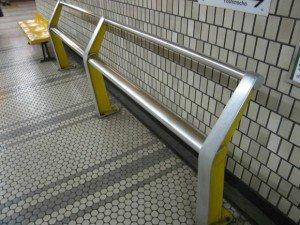 Les rampes ont remplacé les bancs dans la plupart des grands métros, comme ici à Yokohama, au Japon. Copyright : Dddeco / Wikimedia
