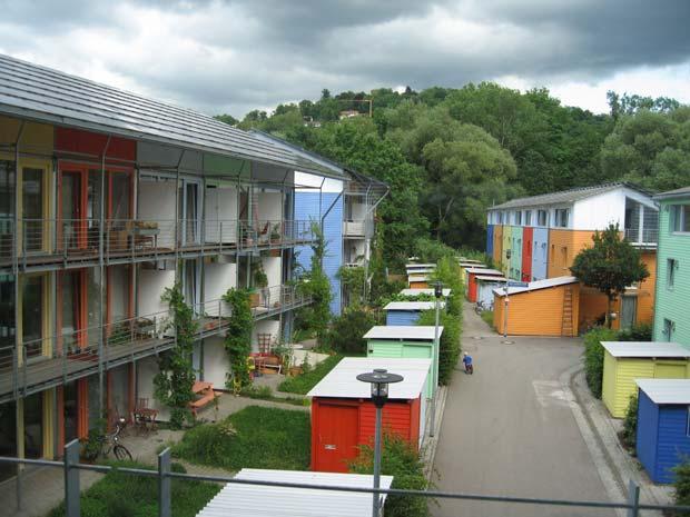 L'écoquartier Vauban, dans la ville allemande de Fribourg-en-Brisgau (Bade-Wurtemberg), souvent présenté comme la référence en matière d'urbanisme écologique.  Copyright : Claire 7373 Andrewglaser / Wikimedia