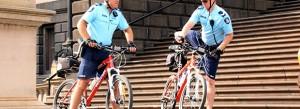 Deux policiers à bicyclette sur Spring Street, à Melbourne (Australie). Crédits ; Takver / Flickr