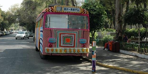 Magda Sayeg a lancé en 2005 l'art du Yarn-bombing, du tricot urbain en français, ou encore  du « knit graffiti ».