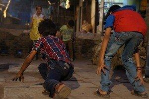Gamins jouent à la course. Crédits : Clément Pairot