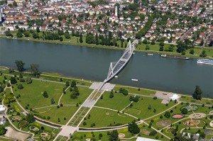 Le jardin des Deux-Rives et la passerelle qui relie Strasbourg à Kehl, symbole du rapprochement entre les deux villes. Crédits : ADEUS