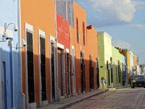 Les façades colorées de la ville mexicaine de Campeche (Yucatan), avec laquelle travaille le réseau Vivapolis. Copyright : Adam Jones / Wikimedia
