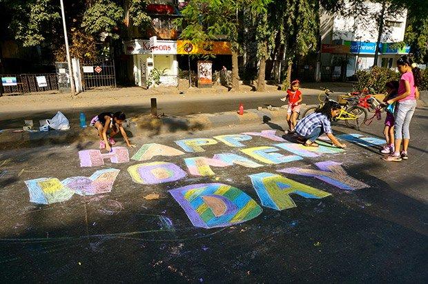 C'est la Journée de la Femme ce jour-là. Les passants la célèbrent  en réalisant de graffitis à la craie au sol. Crédits : Clément Pairot
