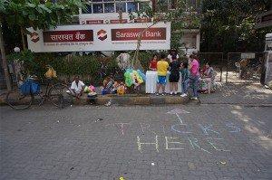 L'espace d'une matinée, la rue appartient aux enfants qui installent des stands de tours de magie. Crédits : Clément Pairot