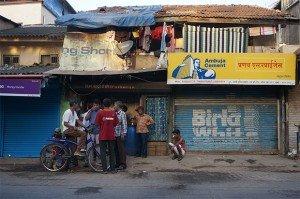 A quelques mètres de là, on prend le chai (le thé indien) et on repart en vélo. « La zone rendue piétonne s'étend sur 4 km carrés. C'est la première étape d'une prise de conscience plus large. Nous espérons que ce soit une première étape vers une mobilisation des citoyens pour re-vendiquer de meilleurs espaces publics », indique Sree Kumar, responsable d'EMBARQ India. Crédits : Clément Pairot