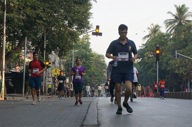 7h40 : Le semi-marathon, organisé ce jour-là, a commencé il y a dix minutes, sans attirer les foules. Le ravitaillement en eau débute. Sree Kumar, responsable d'EMBARQ India, nous explique « La ville de Mumbai manque d'espaces dégagés. Les Mumbaikars n'ont pas l'opportunité de marcher et de faire du vélo dans des endroits appropriés ce qui cause d'importants problèmes de santé. Les Indiens sont la population présentant la plus forte propension au diabète au monde, ce qui est symptomatique d'un mauvais équilibre de vie ». Crédits : Clément Pairot