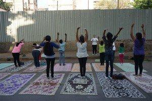 8h00 : Passage devant le cours d'initiation au yoga (grande fierté de l'Inde). Il est dispensé gratuitement par le « Yoga Institute, le plus ancien centre de yoga du monde ». Crédits : Clément Pairot