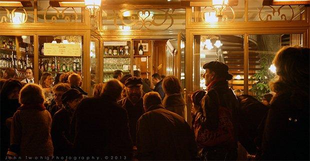 Un café de Montmartre. Crédits : John Twohig