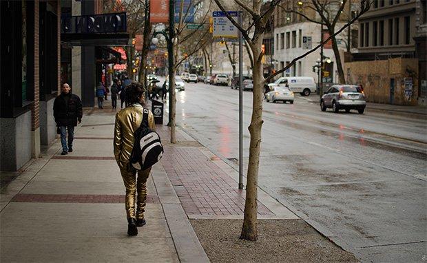 """Crédit : Benson Hilgemann - """"Gold Suit Walker"""" (Vancouver)"""