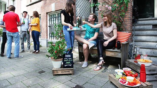 Les bancs collectifs permettent aux habitants de se rencontrer. Crédits : Bankjes Collectief