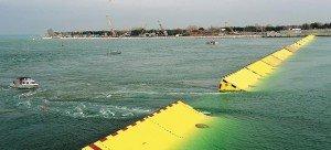 Les digues flottantes MOSE au large de la lagune. Crédits : Vincenzo Pinto / AFP