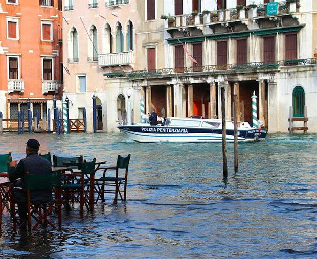 Lorsque la ville est inondée, les vénitiens conservent leurs habitudes de fréquentation de l'espace public. Crédits : travellovers.fr