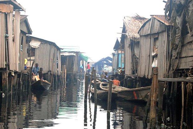 La centaine d'enfants scolarisés à la Makoko Floating School se rendent à l'école en bateau. Copyright : © DR
