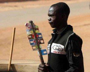 Un autre service nomade consiste à vendre des minutes de communication téléphoniques, pour les personnes n'ayant pas d'unités dans leur téléphone. Ici : sur la route entre Ouagadougou et Bobo-Dioulasso - Crédits Carsten ten Brink sur Flickr