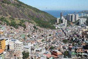 A Rio, la plus grande favela d'Amérique Latine, Rocinha, descend vers le quartier aisé de Leblon