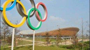 Les cinq anneaux des Jeux olympiques devant le vélodrome du site olympique londonien (c)DR