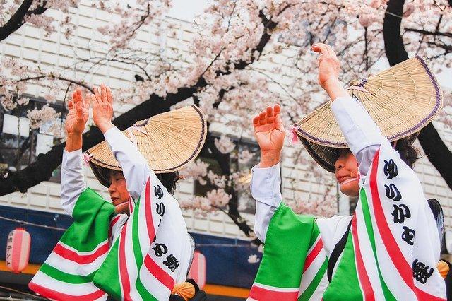 danseuses traditionnelles Mitama matsuri fête des lanternes Tokyo qualite de vie