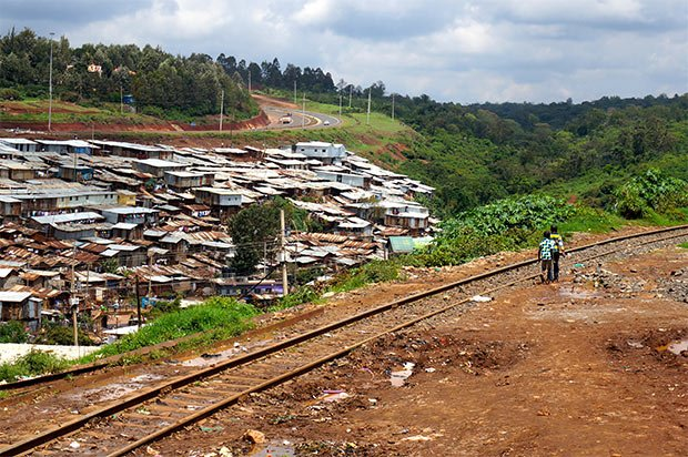 La limite Est du bidonville de Kibera. Crédits : Clément Pairot