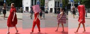 """Défilé de mode organisé en 2009 dans les rues de La Haye par l'artiste néerlandaise Sara Vrugt Photocapy - """"The Red Carpet"""""""