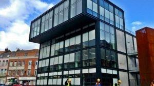 La maison du Hip-Hop à Lille a été habillée d'une façade MECANO VEC qui donne un aspect transparent. Les vitrages ont été feuilletés avec des leds intégrées grâce à la technologie de WICONA.  © Ernie Paniccioli
