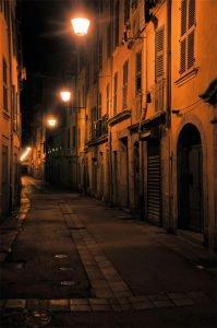 rue sombre eclairee par des lampadaires