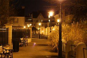 photo d une rue eclairee par des lampadaires