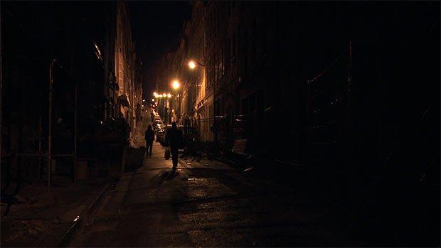 une rue dans la nuit