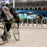 un cycliste dans une station de metro