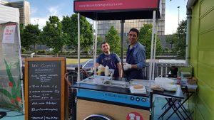 Ils sont sept chefs étrangers ayant le statut de réfugié à préparer à tour de rôle des plats de leur pays dans un restaurant parisien, grâce à l'entreprise sociale Les Cuistots migrateurs créée en 2016