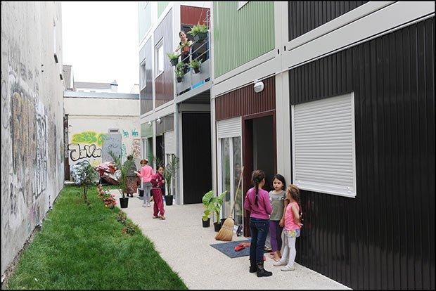 À Montreuil-sous-Bois, dans le cadre d'une procédure MOUS, une centaine de familles roms a bénéficié d'un « logement-passerelle » dans des conteneurs colorés installés sur deux sites.