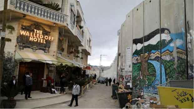 Le célèbre street-artiste Le célèbre street-artiste Banksy, connu pour ses positions engagées, en particulier au sujet du conflit israélo-palestinien a décidé d'investir un bâtiment vidé de ses habitants à quelques mètres du mur pour en faire un hôtel.