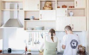 La cuisine ouverte est un lieu de partage dans notre logement.